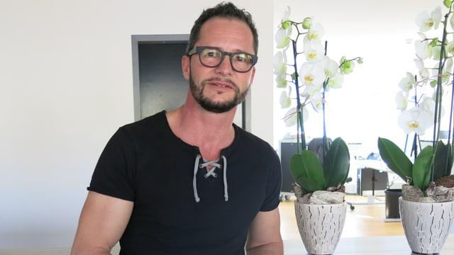 Niklaus Flütsch steht Studio Luzern.