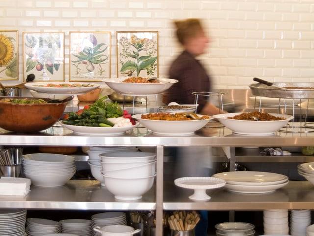 Das Büffet des Tawlet Cafes, mit verschiedenen Tellern und Speisen.