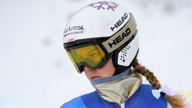 Aline Danioth blickt mit aufgesetztem Skihelm grimmig drein.