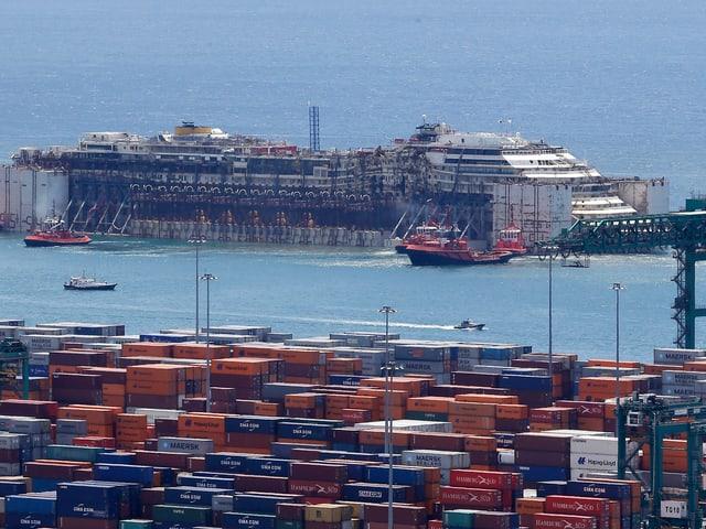 Costa Concordia im Dock.