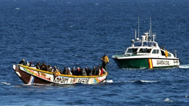 Ina bartga cun migrants a la costa da la Spagna.