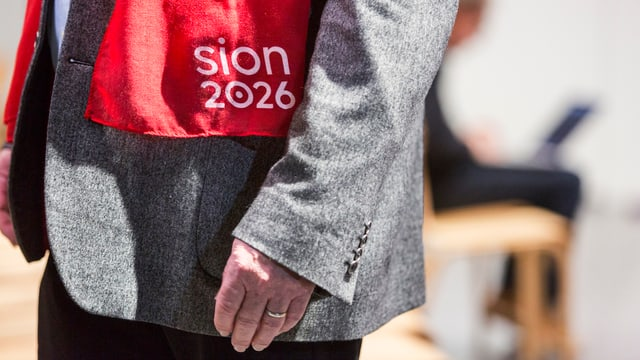 Purtret d'ina vesta cun scrit si «Sion 2026».