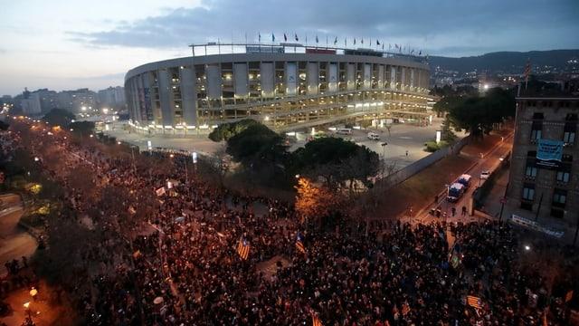 Tausende von Menschen versammeln sich vor dem Fussballstadion Camp Nou in Barcelona.