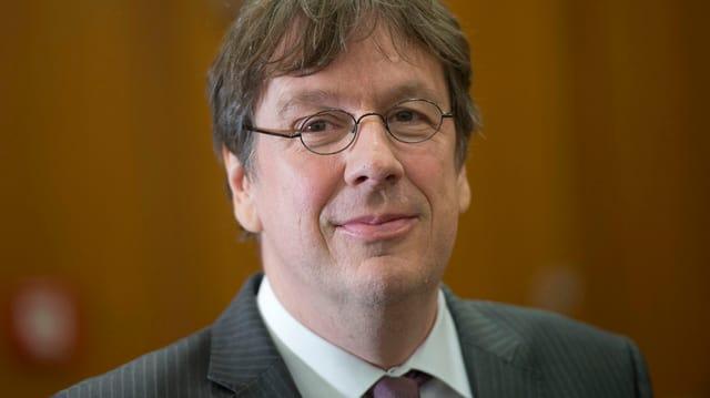 Jörg Kachelmann mit Brille schaut in die Kamera.