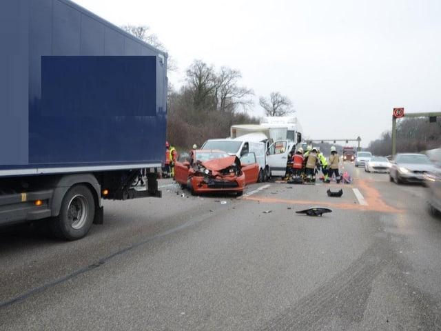 Beim Auffahrunfall zwischen dem Tunnel Schweizerhalle und der Verzweigung Hagnau waren sechs Last-, Liefer- und Personenwagen involviert