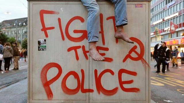In graffiti cun si fight the police e martè e farcla.