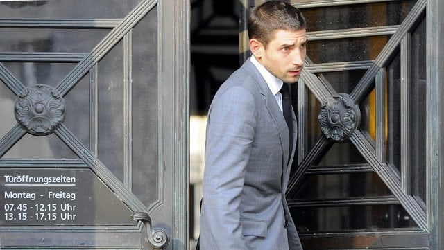 Carl Hirschmann banduna la Dretgira districtuala da Turitg suenter la sentenza, ils 9 da settember 2011.