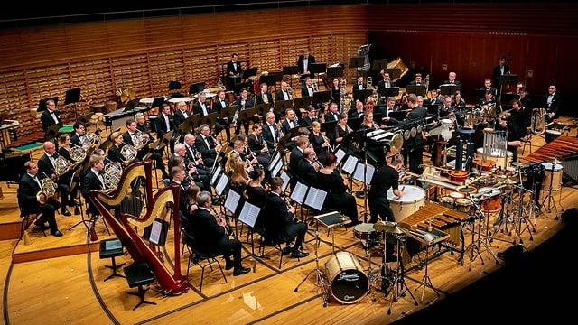 Ein grosses Orchester auf einer Bühne.