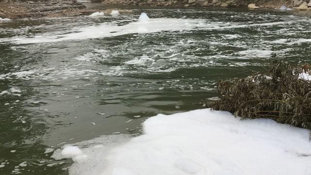 Schaum auf einem Fluss