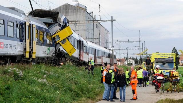 Menschen stehen an einer Bahn-Unfallstelle.
