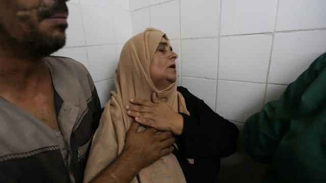 Eine palästinensische Mutter betrautert den Tod ihres Sohnes, der im Gaza-Konflikt gestorben ist.