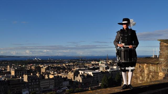 Il schumbrader Damian Tuor en la citad da Edinburgh.