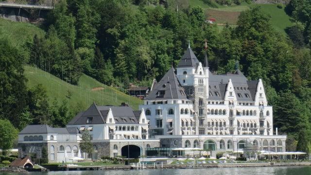 Blick auf das Park Hotel Vitznau vom See her.