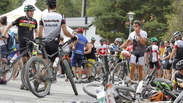 Mountainbikers dal Bike maraton a 'arriv dal maraton.