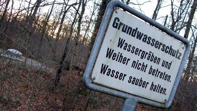 Schild: Grundwasserschutzzone im Hardwald