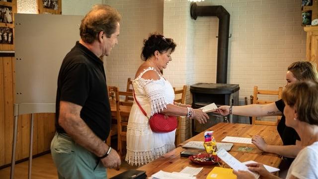 Personen in einem Wahllokal in Brandenburg
