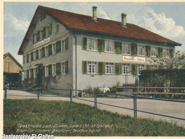Weisse Fassade mit grünen Balken vom Restaurant Löwen