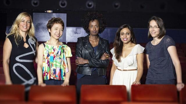 Vier Frauen stehen nebeneinander in einem Kinosaal.