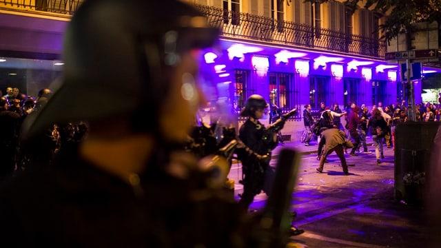 Bei der Demo im September 2013 standen Polizisten und Jugendliche einander gegenüber. Nun sollen sie zusammenarbeiten.