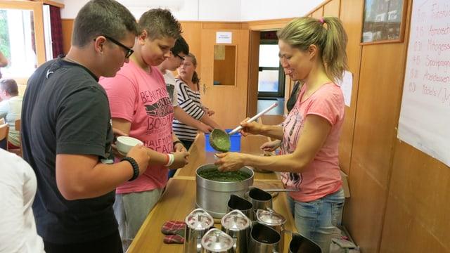 Zum Zmittag eine Spinat-Suppe im Lager für übergewichtige Jugendliche.