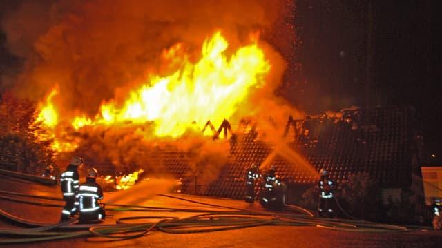 Feuerwehr bei der Brandbekämpfung.
