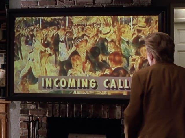 Ein Mann vor einem Fernseher, darauf der Text eingeblendet: «Incoming call».