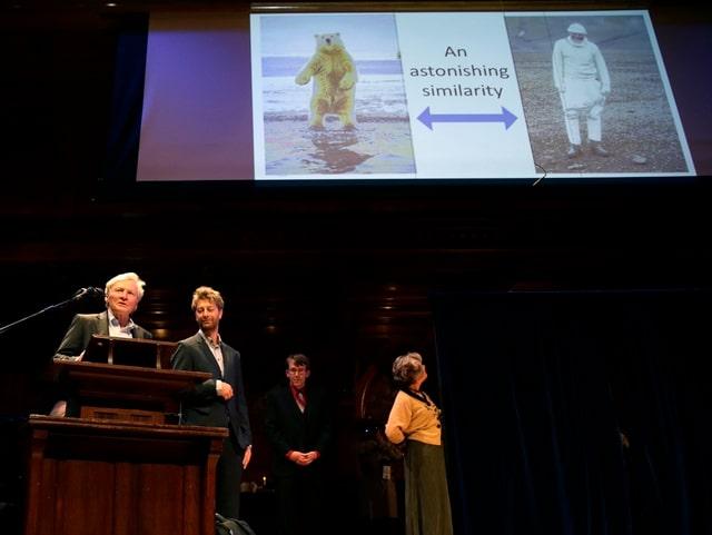 Forscher erklären dem Publikum beim Vortrag mit Bildern, wie Rentiere reagieren, wenn sie auf Menschen im Eisbärenkostüm treffen.