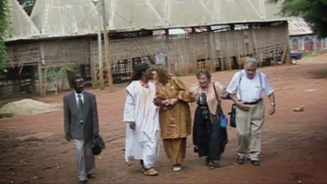 Guide Nicolas (links), Marcelin und Katharina und die Eltern Hänni verlassen den Königshof.