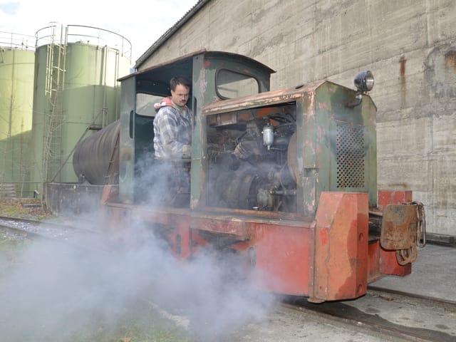 Eigentlich sind Feldbahnen Baumaschinen, aber «Hobby-Lokführer» lässt Remo für seine Leidenschaft gelten.