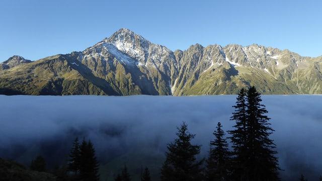 Über dem Haslital dicker Hochnebel, darüber wolkenloses Herbstwetter.