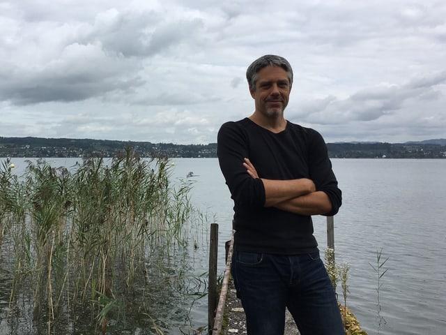 Fabian Römer auf dem Steg am See.