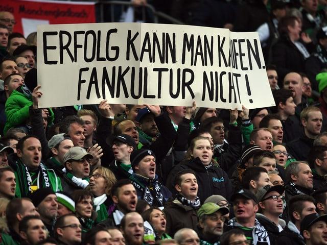 Gladbach Fans halten ein Transparent in die Höhe: «Erfolg kann man kaufen. Fankultur nicht!»