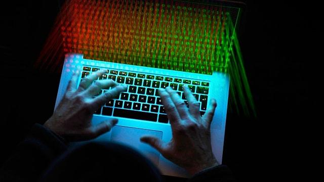 Hände auf Tastatur von Laptop.