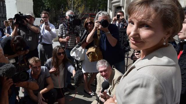 Marina Litwinenko umringt von Medienvertretern und Fotografen.