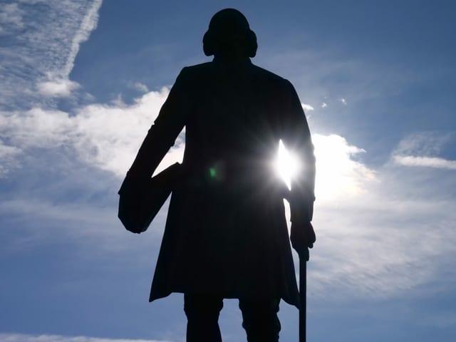 Statue eines Mannes von hinten