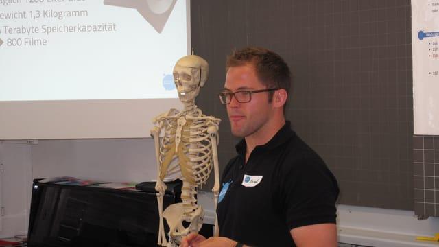 Rettungssanitäter mit Skelett und Beamer