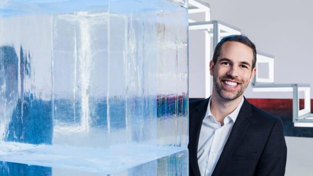 Moderator Arthur Honegger steht hinter drei grossen Eisblöcken im Studio.