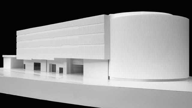 Ein weisses Architektur-Modell für die neue Schienenhalle des Verkehrshauses Luzern.