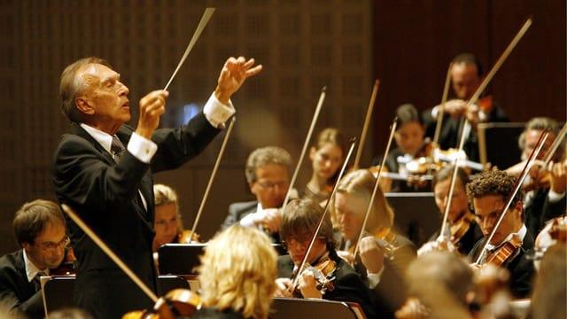 Orchester mit Dirigent Abbado