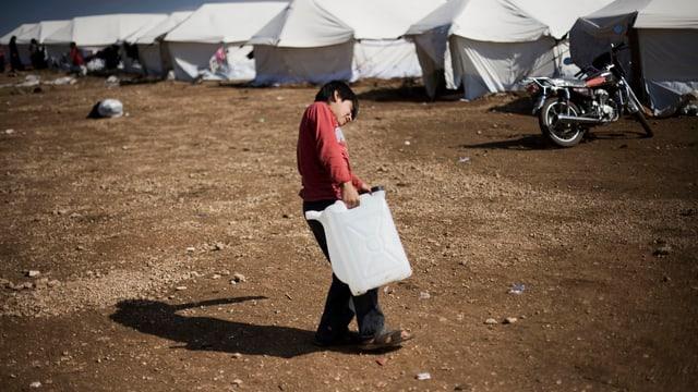Ein Junge läuft durch ein Flüchtlingslager in der Provinz Idlib.