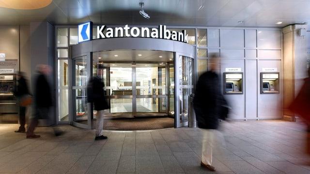 Der Haupteingang der Luzerner Kantonalbank in Luzern.