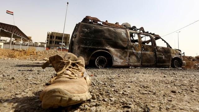 Ein ausgebrannters Fahrzeug im irakischen Mossul. (11. Juni 2014)