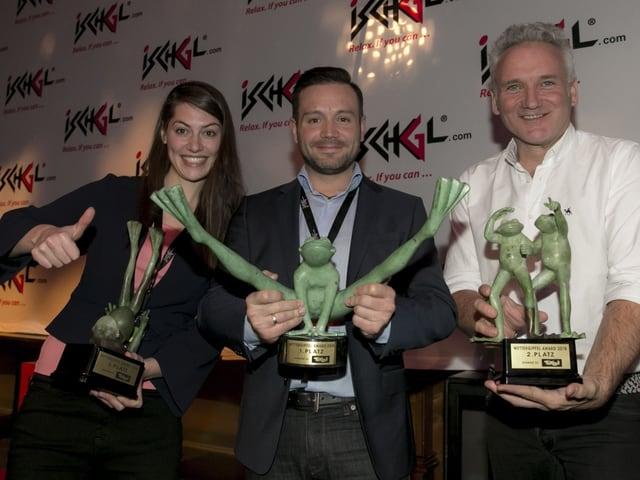Die Sieger des Awards bester Fernsehwetterbericht, eine Dame zwei Herrn zeigen ihre Trophen.
