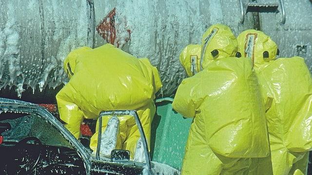 Feuerwehrleute in gelben Schutzanzügen.
