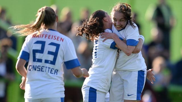Spielerinnen des FC Zürich jubeln.