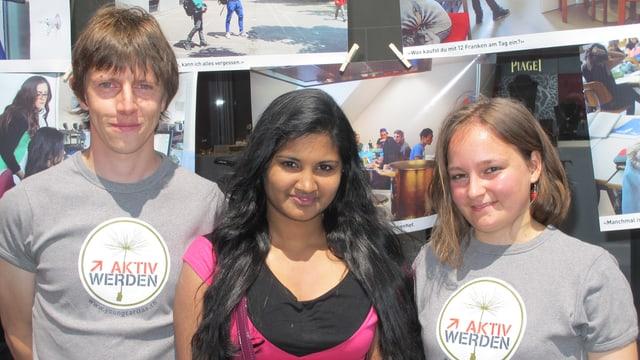 Andriu Deflorin, Shoba Sivaneswaran und Selina Krüse Gurung  - sie haben sich am Projekt «Meet the UMA» beteiligt. Im Hintergrund sind Bilder von den Begegnungen zu sehen.