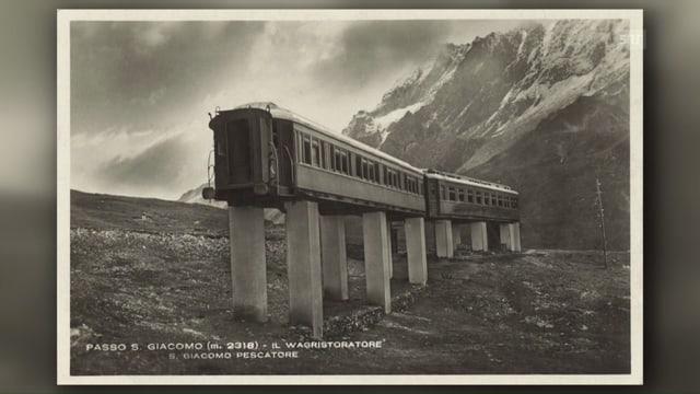 Historische Postkarte der zwei Eisenbahnwagons, die auf Betonsäulen aufgestellt sind