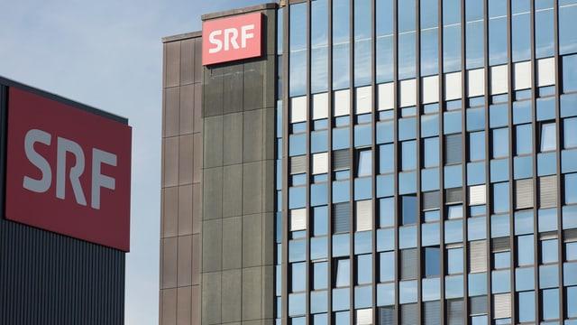Vista sin ils bajetgs da SRF cun ils dus logos da SRF.