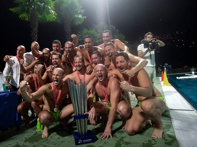Die Luganesi posieren freudestrahlend mit dem Pokal.