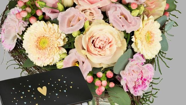 Blumen und eine Tafel Schokolade.